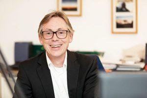 Der Steuerberater in Köln Dirk Wendl im Büro
