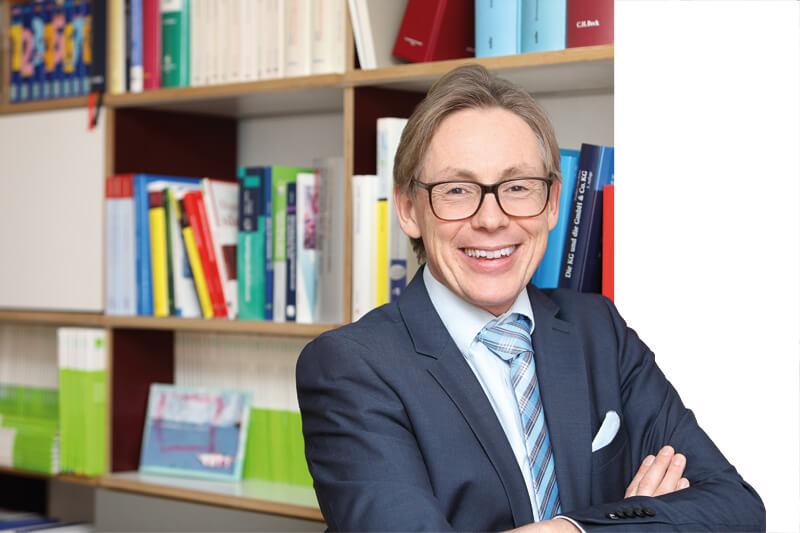 Der Steuerberater Dirk Wendl in seinem Büro