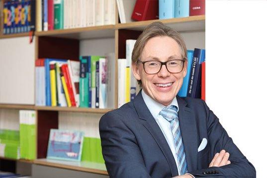 Der Steuerberater Dirk Wendl in seinem Büro in Köln Porz