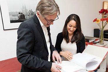 Dirk Wendl berät eine Kundin in Sachen Steuern im Büro