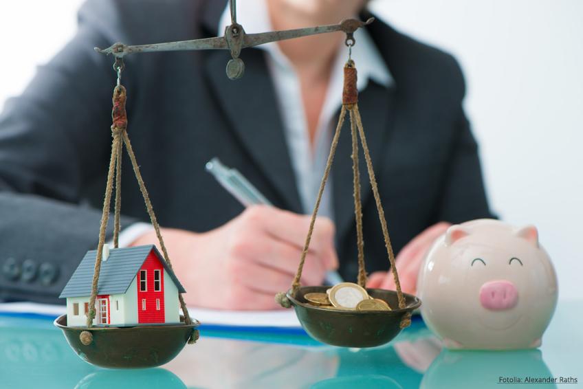 Steuerberater kalkuliert Hausverkauf