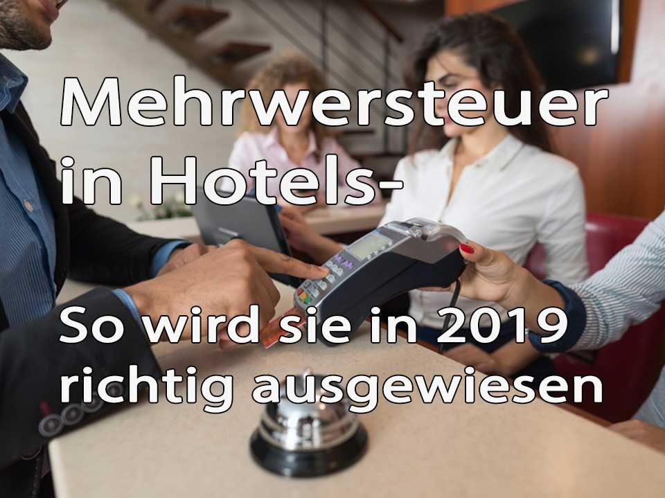 Mehrwertsteuer in Hotel Text im Hintergrund bezahlt ein Mann im Hotel mit Kreditkarte