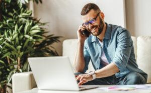 E-Commerce Unternehmer bei der Arbeit